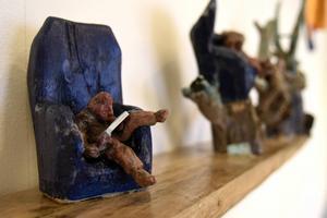 Jan Westling gestaltade en träskulptur där en människa slits mellan viljan att vara framför sin laptop samt uppe i en trädtopp.