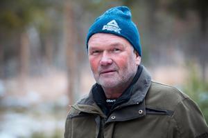 Per Dahl från Katrineholm söder om Hamrångefjärden förlorade sin meriterade gråhundshane Jerven under älgjakt.– Det känns olustigt att släppa hundarna så nära vargreviret, och det kunde inte ha gått värre, säger han.