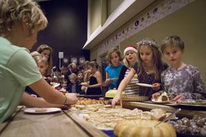 På fikabuffén kunde man äta asteroidbollar, solkakor eller stjärnpepparkakor som eleverna själva bakat.