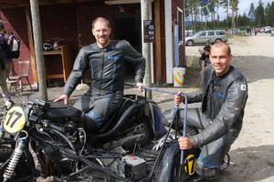 Peter Ekholm, till vänster och den som kör motorcykeln (som väger 260 kilo och har 190 hästkrafter), och Pär Nilsson, kan titulera sig svenska mästare. Finaltävlingen i Ånnaboda gick härjedalingarnas väg.