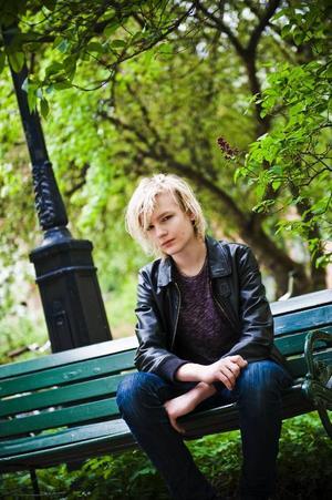 """Idolen och nyblivne Stockholmsbon Johan Palm är aktuell med både skivsläpp och sommarturné. """"Det känns verkligen som jag lever mitt liv till fullo"""" säger han. Foto: Marc Femenia/Scanpix"""