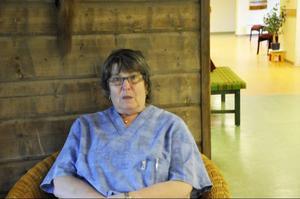 Kerstin Lindholm, undersköterska på Forsgården, tror att bygget kommer att dröja:
