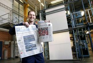 ST bytte storlek 2005. Här visar Stefan Andersson skillnaden mellan storformat och de mindre tabloidformatet.