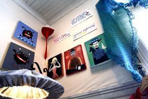 Färgglada rummet med tavlor av Carina Bodström.