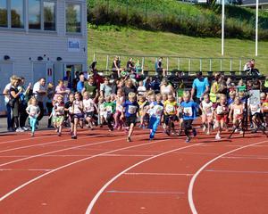 45 stycken Knattar startar 400 meter.