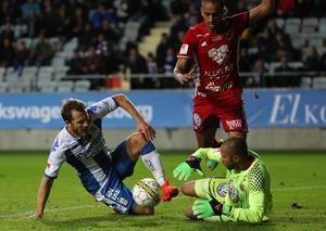 IFK:s Tobias Hysén framför Aly Keita och Walid Atta. Snubblande nära att sätta 3-0 till IFK.