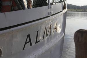 Alma af Stafre är en dam med många år på nacken. Hon byggdes i Stockholm 1873 och kom till Revsundssjön där hon först fungerade som kyrk- och turbåt och senare flottningsbåt. Efter en lång vända i södra Sverige återbördades hon och renoverades för turer på Revsundssjön.