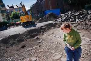 – Vi tar upp titthål nu sen ska Peab bygga här och då försvinner allt, säger Annika Ramström, en av arkeologerna som har hittat lämningar från 1600-talet i Örebro.