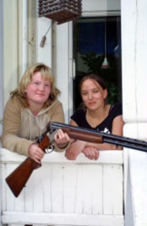 Anna Näsholm Gidlund 16 år och Frida Lindgren, 17 år, båda kommer från Örnsköldsvik och är intresserade av skytte och har sett fram emot den här kursen.