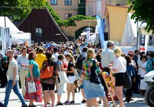 Det var under Almedalsveckan i Visby som kommunen hyrde villan åt sverigedemokraterna Tommy Hansson och Tommy Blomqvist.