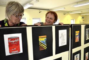 Samma men ändå olika. Eva Wikman och Ingela Bornström bakom elevernas parafraser av kända konstverk. Motiven känns igen, men innehållet och budskapen är annorlunda mot originalen.