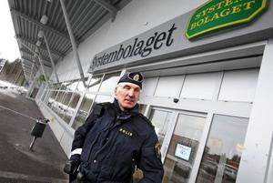 Polisen Mikael Nyström stod vid avspärrningarna efter rånet. foto: leif jäderberg