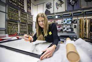 Anna Clarin, butikschef på Gallerix i Västerås, säger att intresset för fotokonst har ökat under de senaste åren. Både från egna bilder och från företagets fotogalleri på nätet där det finns 10 000 motiv att välja mellan.