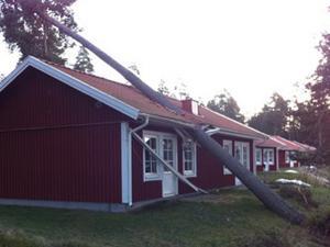 Stugbyn Leksands Strand drabbades hårt av stormen, flera hus i stugbyn träffades av nedfallande träd.