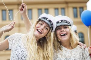Lovisa Ahlberg och Lina Wingstedt har snart pluggat färdigt på frisörprogrammet på Sundsvalls gymnasium.