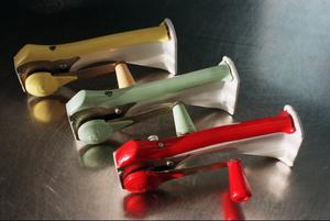 Gul, grön och röd vev-modell som skall fästas på väggen.