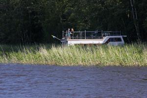 Husbåten ser inte ut som en typisk husbåt utan Magnus liknar den mer vid en