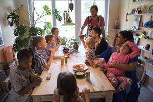 Runt matbordet finns plats för hela stjärnfamiljen, som består av bästa kompisarna Ansos och Joannas respektive familjer.