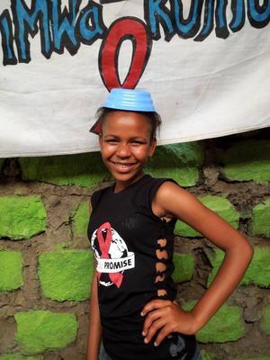 Happiness Mwisha, 15 år, får hjälp med skolavgifterna av Wayo Wayo och siktar på att bli sjuksköterska. På tröjan gör hon reklam för