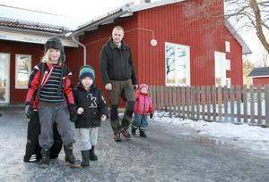 Indra, Loke och Mira går på olika avdelningar på Rosenvalls förskola och klarat vintern utan större sjukfrånvaro. De hämtas av Mikael Norgren som vet att det kan svänga snabbt när virus och baciller fått fäste i förskolemiljön.