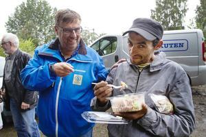 Lasse Wennman levererar sallader till lägret och det blir lunchdags direkt.