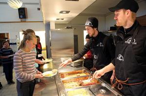 Niklas Persson och Jesper Nilsson, Hede kött och chark,  hoppade in som serveringspersonal på  skolan i Hede.
