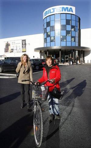 Louise Palmquist och Annika Sjöström på väg mot bilen med cykelns som köpts till Annikas dotter. – Vi fick en VIP-inbjudan till varuhuset från en anställd, berättar de.