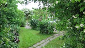 Många gångar och rum i trädgården.
