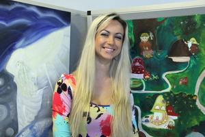 De som vill har chansen att se Kristina Kaminskaites tavlor på Cfl till ett par veckor efter Påsk. Troll, huldror, hästar och hundar har fångat hennes fantasi.