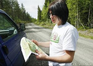 """""""Det gäller att kunna se på kartan var älgstolarna ska sättas ut"""". René Brödnev tar sig en funderar medan myggen svärmar runt honom i skogarna utanför Landön."""