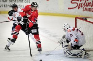 Nils Stillmark var framme och oroade Stefan Larsson i Ores mål.