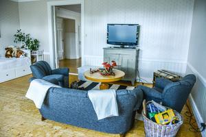 Lekyta och plats för tv-häng. Perfekt ställe när barnbarn kommer på besök.