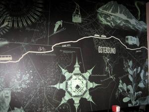 På en av väggarna i matsalen finns en målning där bland annat Östersund och Åre finns med, symboliserat av Östersunds Rådhus, kabinbanan i Åre och fjällen. Man glömmer nästan bort att äta, för man får inte nog av att titta på målningen.