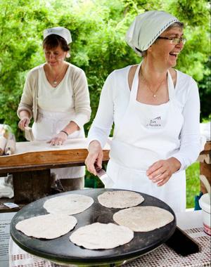 Kerstin Hylén och Eva Jönsson bakade hällbröd. Det är lite tjockare än vanligt tunnbröd, bakas på vatten, grovt mjöl och jäst. Det ska gärna kalljäsas och gräddas på häll.