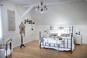 Sovrum med mycket rymd i fransk lantlig stil.