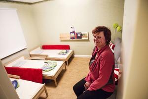 Här brukar barnen sova. Anna Träff i dagbarnvårdarkollektivet Ringblomman i Ämbarbo visar nattisbarnens hemvist.