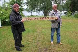 Sveriges mittpunkt finns förstås med i den nya boken om Kårböle i nutid. Bilden är från sommarens uppskyltning med Stellan Fagrell och Harry Dickens.