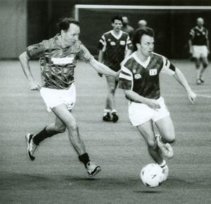 1993 flyttade TV-laget in. Nordichallen i Sundsvall gav ett lokalt uppsving för fotbollen vintertid och här kämpar kommunalpolitikern Håkan Eriksson (till vänster) om  bollen mot den betydligt yngre Richard Herrey.