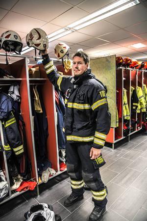 90 sekunder har brandmännen på sig från att larmet går tills att utryckningsbilen ska vara på väg ut genom dörrarna.