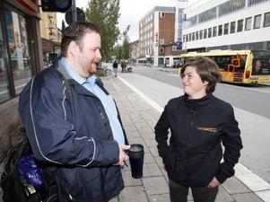 Chauffören Niklas Stenberg tycker att det känns bra när bussarna kommer att drivas på ett mer miljövänligt sätt vid årsskiftet. Här med nya chefen Karin Axén.