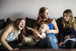 Mamma Ulrika Lundqvist med lilla Jennifer och storasystrarna Nathalie och Saga undrar när och hur man ska kunna komma tillrätta med Jennifers ovilja mot att äta.