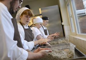 Gråärtfärsen har malts i en köttkvarn för att få en lite grövre textur. Samuel Wallin, Elin Magndahl, Lisa Svan och Sofia Mannor, som studerar på Grythyttans restaurang- och hotellhögskola i Grythyttan, formar burgarna.