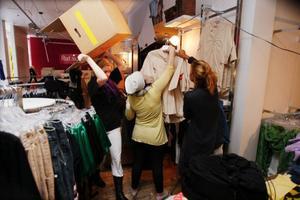 Det råder full aktivitet i butiken. Allt ska ner i kartonger och de mesta av kläderna ska reas bort.