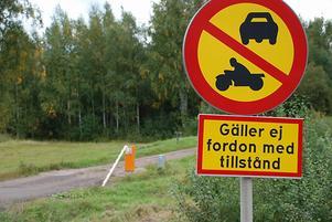 Bomen över utryckningsvägen har saboterats - igen. Foto:Annki Hällberg