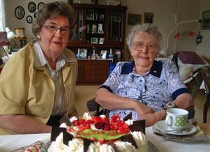 Anna Roos, Strömsund, länets äldsta, 103 år i dag, firar födelsedagen på Strömbacka tillsammans med bland många andra lilljäntan Kerstin, 79. Foto: Ingvar Ericsson