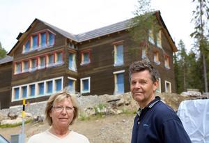 Vi gillar Härjedalen och den fantastiska natur som finns här. Men hade jag vetat att vi skulle få det här huset som granne skulle vi aldrig köpt en tomt här, säger Christina och Staffan Johansson.