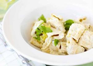 Riv gärna lite god ost att toppa rätten med – servera och njut!