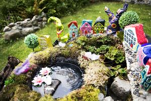 I trädgården kommer det att bli många spännande konstprojekt. Här är en miniatyrby gjord på en hög med gamla bildäck.