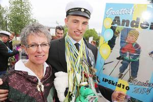 Hälsingen Anders Wiklund från skidprogrammet tillsammans med mamma Siv i folkdräkt från Njutånger.