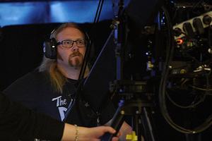 Kristian Öryd sköter kamerakranen på Melodifestivalen.